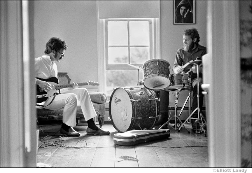 266-The-Band-Robbie-Robertson-Levon-Helm-rehearsing-in-Rick-Danko's-Zena-Rd.-home-Woodstock-1969
